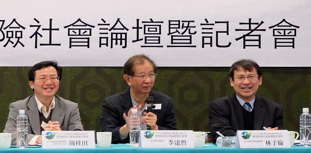 李遠哲(中)出席台大風險社會與政策研究中心主辦的「COP21後台灣氣候變遷治理走向」論壇,呼籲各界共同合作,採取「由下而上」的治理方式。攝影:陳文姿。