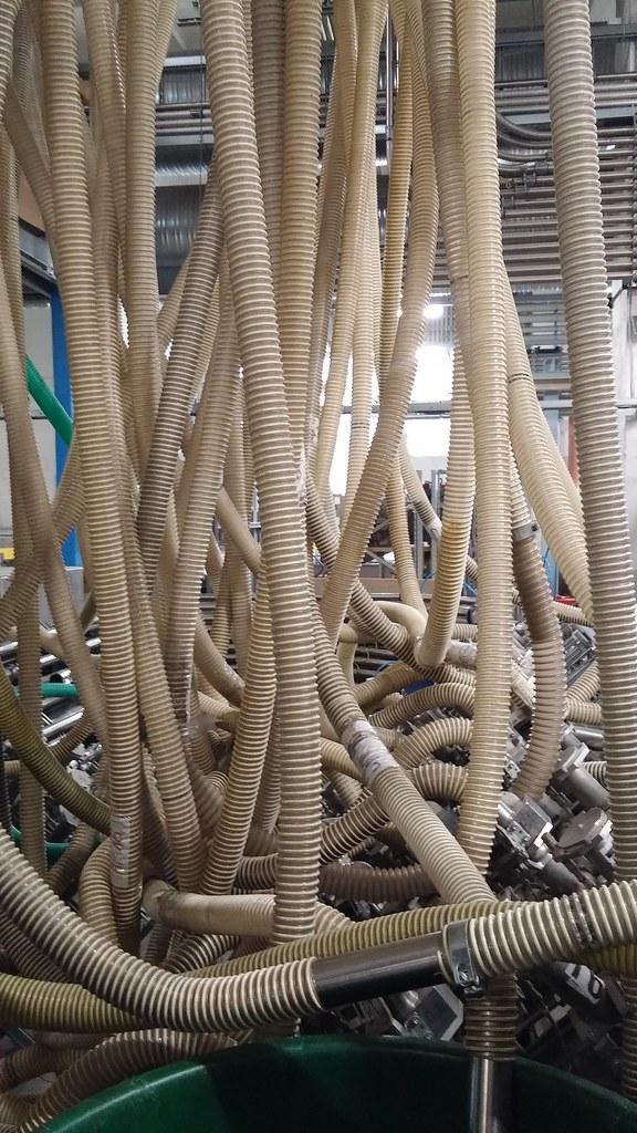 Šios žarnos, primenančios Giggerio paveikslus, yra plastmasės granulių džiovinimo agregato dalis. Plastmasę būtina išdžiovinti, nes plastikas sugeria drėgmę, kad ir kaip keistai tai atrodytų.