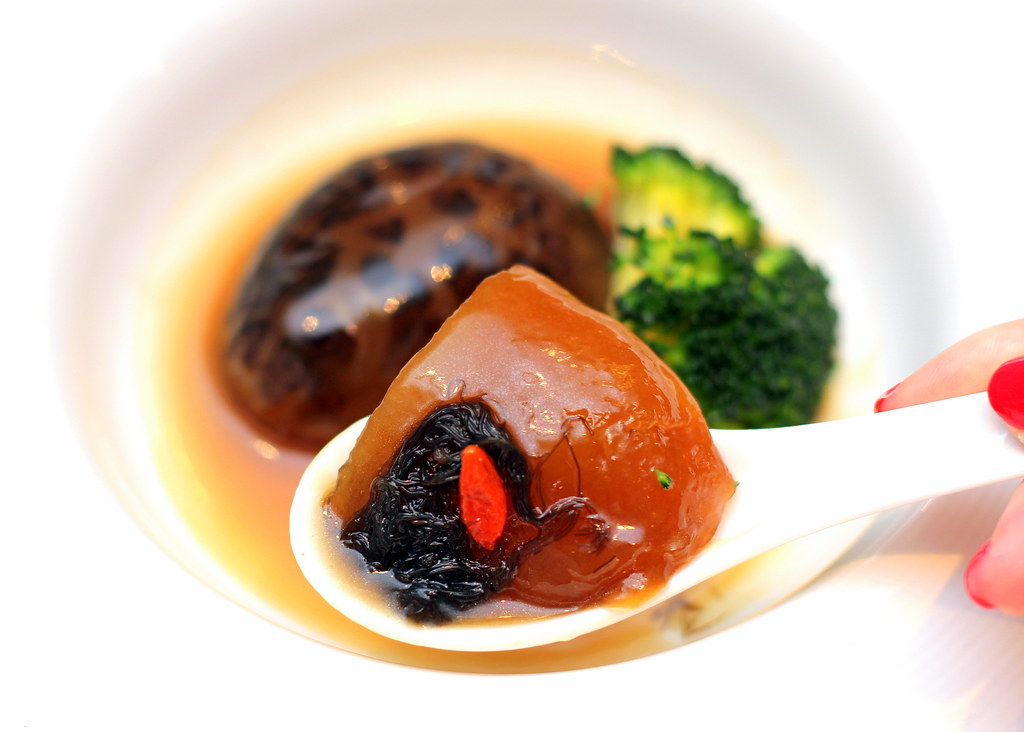 furama-riverfront-braised-sea-cucumber-with-sea-moss