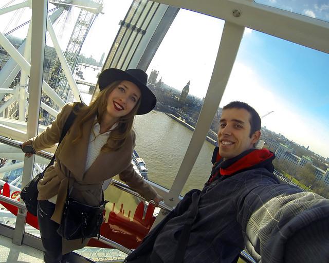Mi hermana Julia y yo en el London Eye tras salir de nuestro hotel en Londres