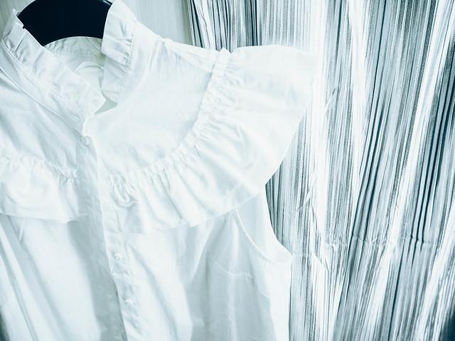 P1060917.jpgWhiteFrillBlouseValkoinenRöyhelöPuseroHopeaHameSilverSkirt,P1060916.jpgWhiteFrillBlouseSilverSkirt, hopea hame, silver skirt, white frill blouse, valkoinen hihaton röyhelöpaita, ostokset, shopping, vaatteet, clothes, muoti, fashion,