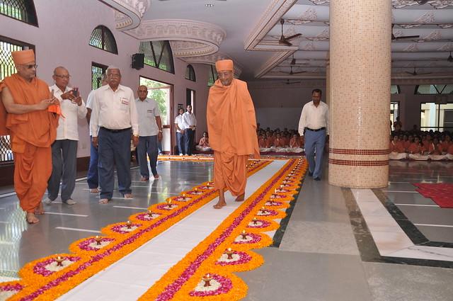 Guruhari Hariprasad swamiji's divine visit at sarvanaman Vidya Mandir