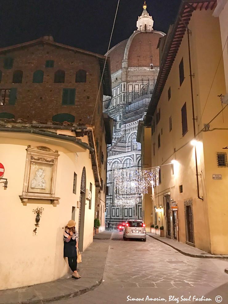 Ah, nao aguentei e resolvi sair na foto enquanto apreciava a arquitetura do Duomo.
