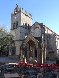 Padrão do Salado y la Iglesia de Nuestra Señora de la Oliveira al fondo