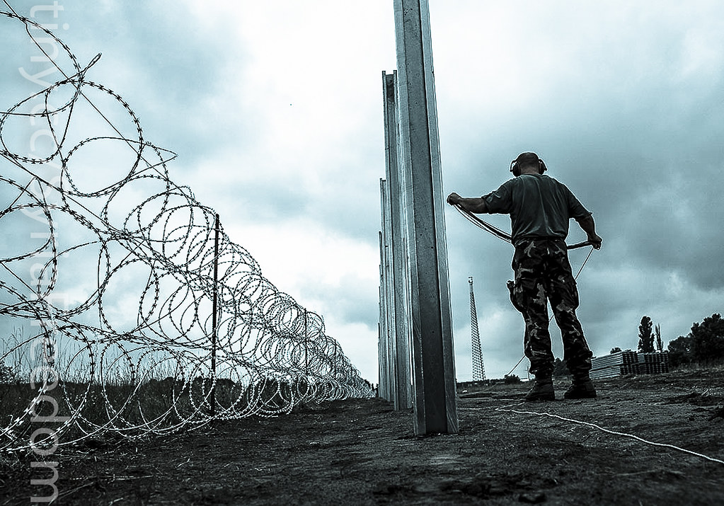 Hungarian Defence Force install barbed wire | Members of the… | Flickr