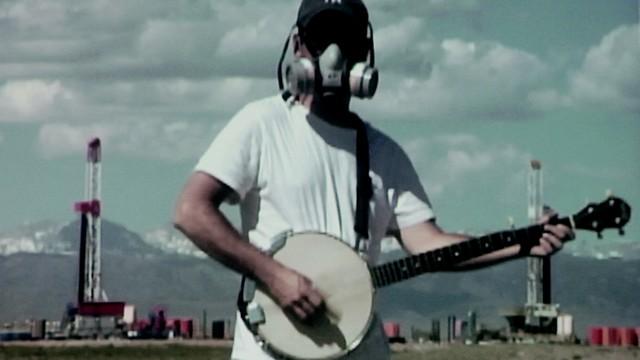 天然氣之國 劇照:戴著防毒面具的彈琴者(圖片來源:天馬行空數位有限公司)