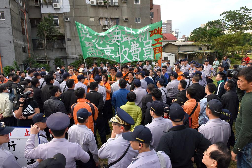 收費員自救會及聲援者在蔡英文離開會場前,持續被警力包圍。(攝影:宋小海)