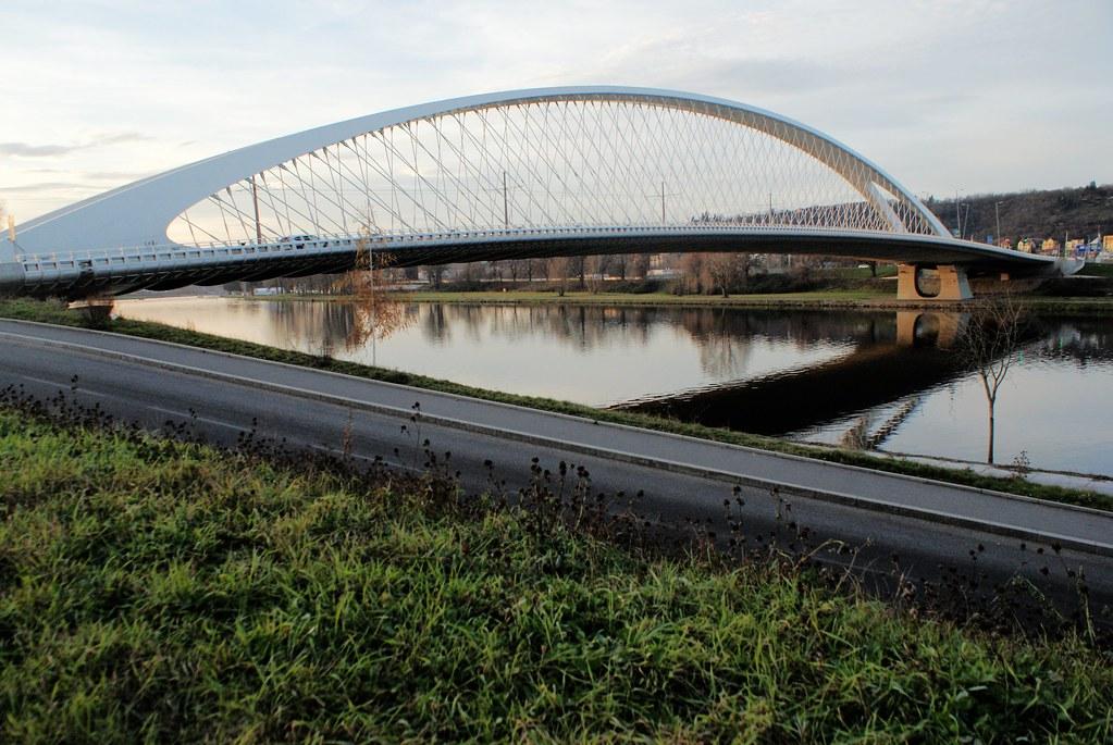 Nouveau pont dans le nord de Prague.