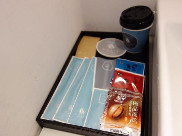 備品與沖泡式的咖啡茶包@台中鵲絲旅店