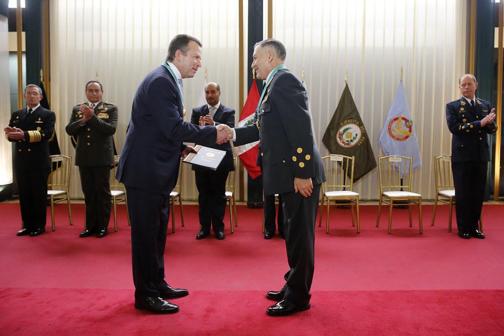Ministro valakivi recibe condecoraci n honor fica de la for Ministro de la policia nacional