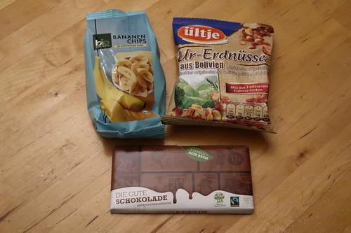Bananenchips (von bio-Zentrale), Ur-Erdnüsse (von ültje) und Schokolade (von Plant for the Planet)