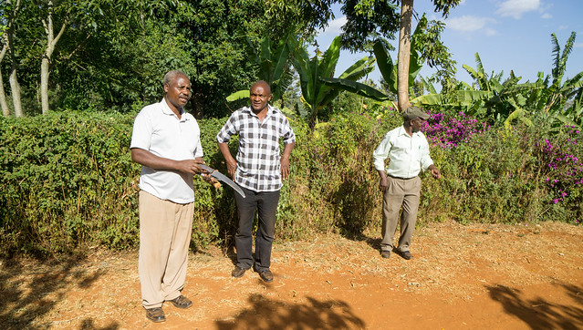 Kieni farmer Joseph Ngari to the left, factory manager Jospath in the middle and chairman Charles to the right.