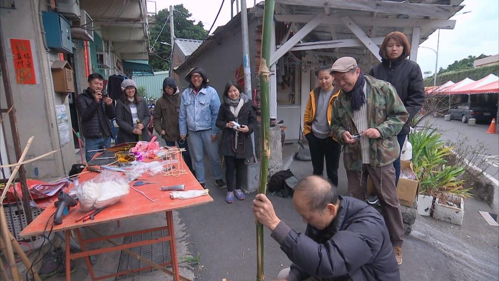 897-2-29 同時,地方社團舉辦手作燈籠活動,請來老師傅利用竹子,製作關刀燈。