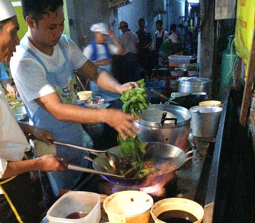 אורז מוקפץ עם בזיליקום קפאו. בדלי הצהבהב ליד הווק: מרגרינה