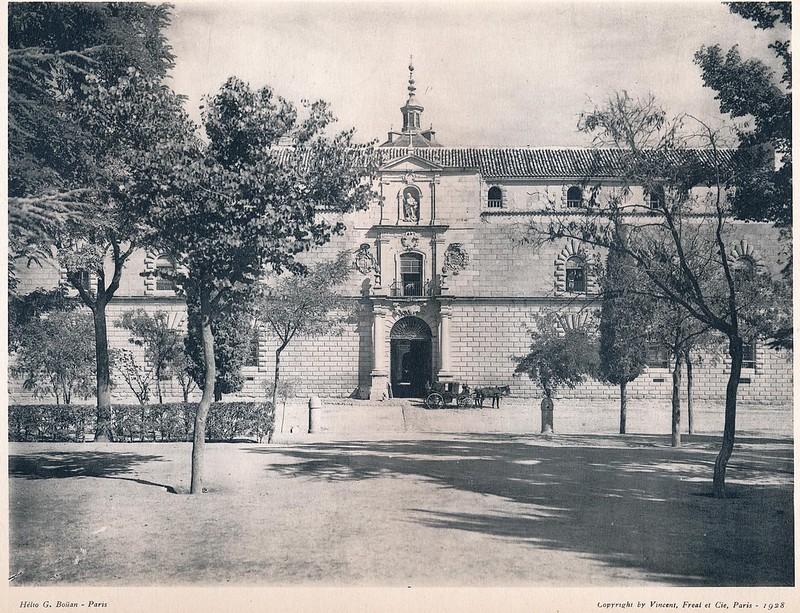 Hospital Tavera visto desde el Paseo de Merchán o de la Vega.  Del libro Petits Édifices, publicado en Paris en 1928 por los editores Vincent, Fréal et Cie.