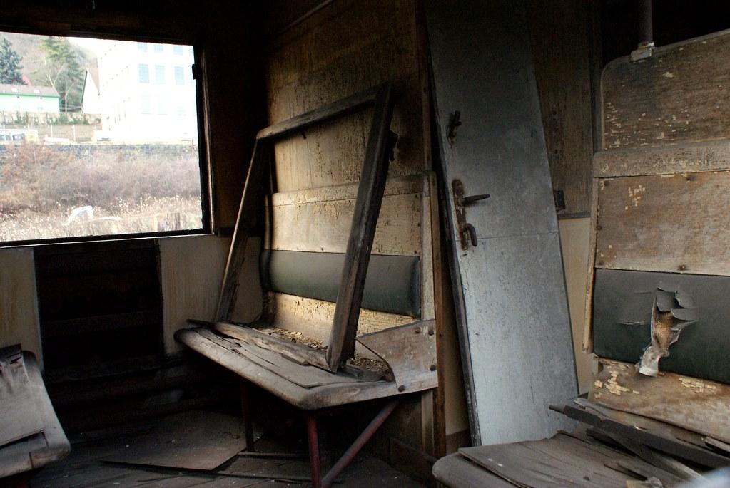 Intérieur défoncé d'un train dans l'atelier de réparation.