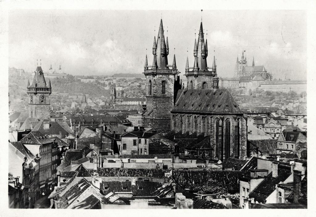 Eglise de Notre Dame de Tyn à Prague avec la cathédrale en arrière plan.