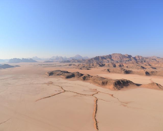 LLanuras del desierto de Wadi Rum desde nuestro vuelo en globo