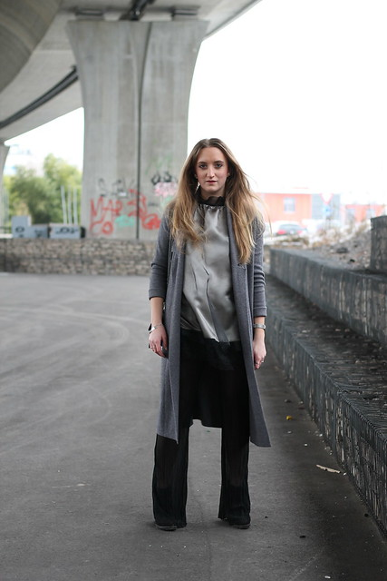 flared-pants-and-grey-coat-whole-outfit-front-wiebkembg
