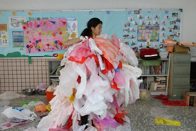 台南市新山國小孩子將蒐集來的塑膠袋製作成塑膠衣。照片提供:黃柏堯。