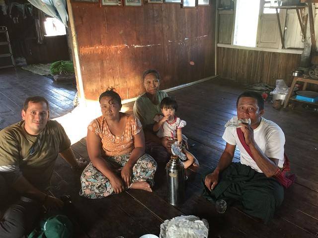 Sele en una casa con una familia de Myanmar