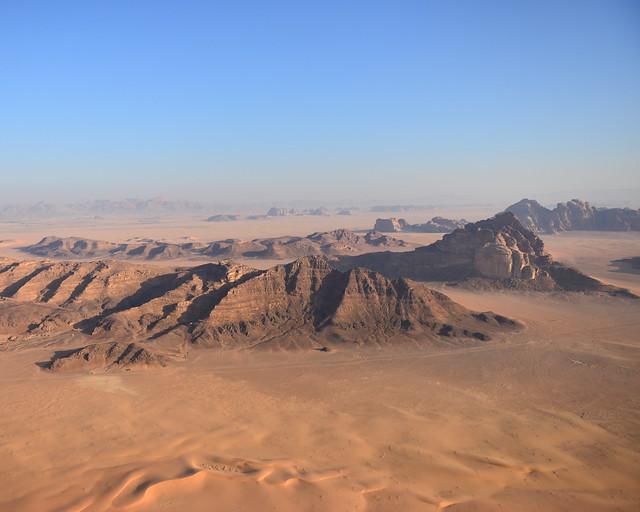 Uno de los paisajes más bonitos de Wadi Rum a vista de globo