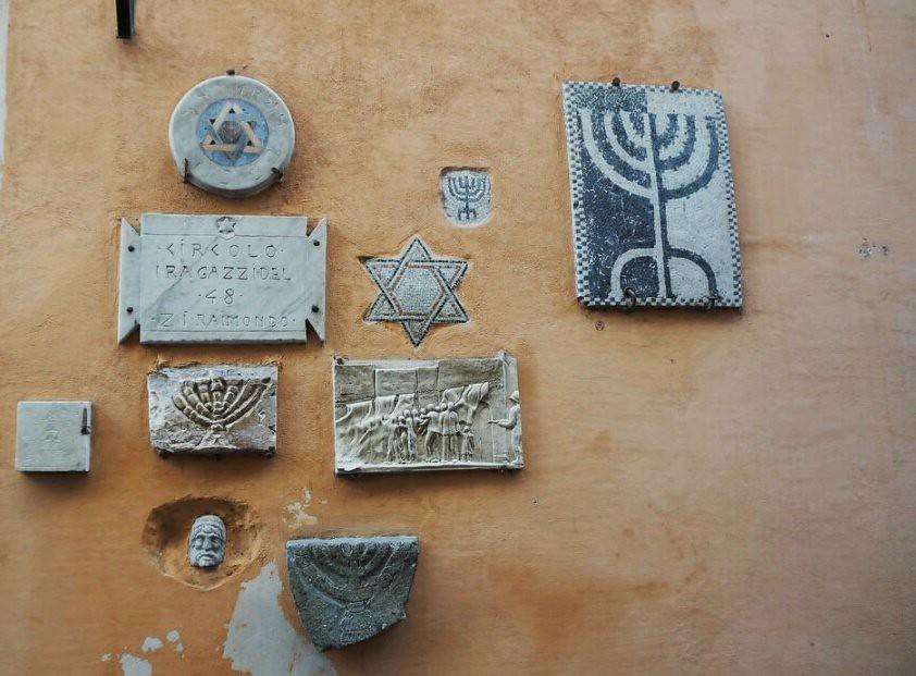 Juutalaisuuden symboleja talon seinässä Ghetossa.