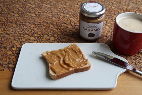 Caramelcrème mit Espresso (von Grashoff) auf Toast zum Frühstückskaffee