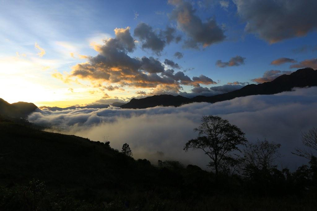 Ngắm bồng bềnh mây ở Hang Đá