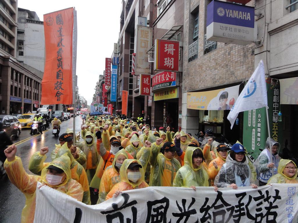 國道收費員自救會和空服員工會聯合上街遊行,隊伍中也包括台鐵產業工會等工會聲援。(攝影:張智琦)
