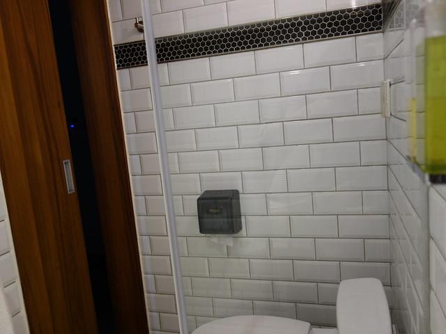 浴室內只有一個單薄的小小掛勾,衣服只能掛乾濕分離的門把或放馬桶上@台中鵲絲旅店