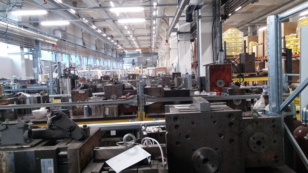 Čia yra plastmasinių detalių gaminimo cechas - daugybė presų.