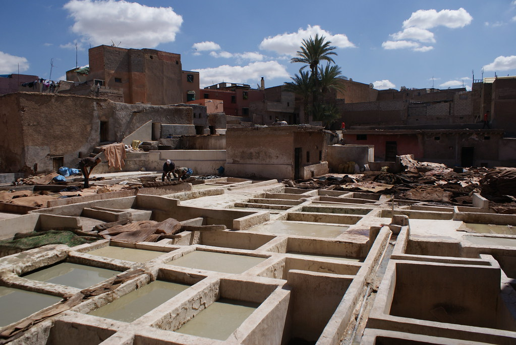 Les nombreuses cuves par lesquels passent les peaux à la tannerie de Marrakech.