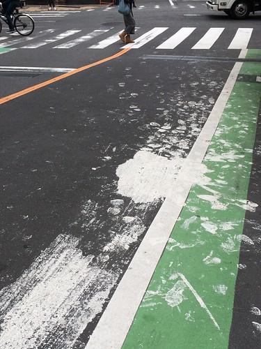 白いペンキを道路にこぼすとこうなる zoom