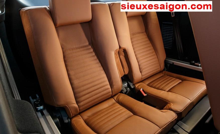 Giá Xe Land ROver 7 chỗ discovery sport màu cam ghế tiện dụng