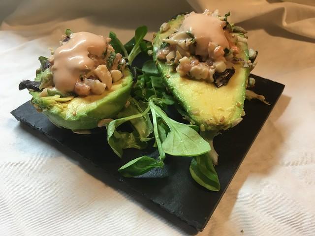 Aguacates rellenos de salmón y langostinos rebosado en frutos secos
