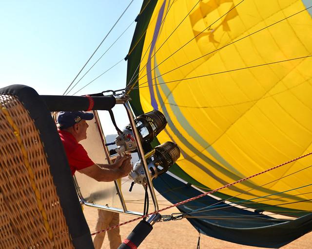 El piloto de nuestro globo inflando el globo