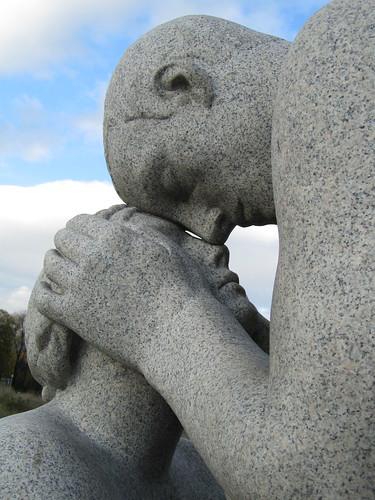 Pareja en el parque Vigeland Oslo