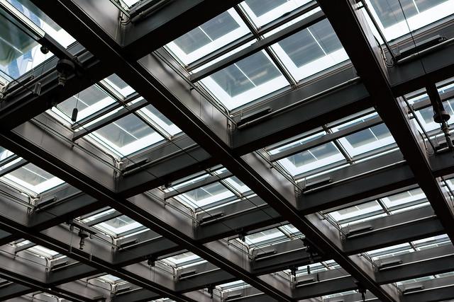 KITTEの天井は採光のためガラス張り
