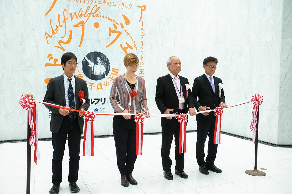 名古屋市美術館での「ヴェルフリ展」開会のテープカット