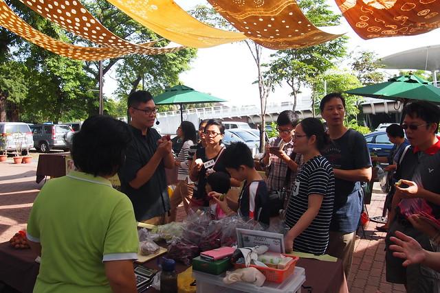 食育廚房先走訪市集,認識農友與其生產的農產品。攝影:李育琴。