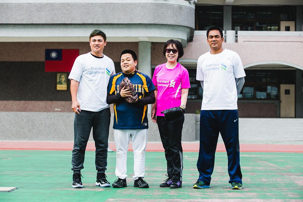 渣打銀行人資長陳瑋芝與經典賽教練陳金鋒、副隊長陳鏞基首次體驗「盲人棒球」,共同為渣打陪跑訓練營揭開序幕。(渣打銀行提供)