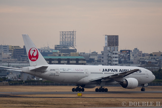 "Itami Airport 2017.1.31 (37) JA010D / JAL's B777-200 with ""Daikin Orchid"" logo (Daikin Orchid Jet)"