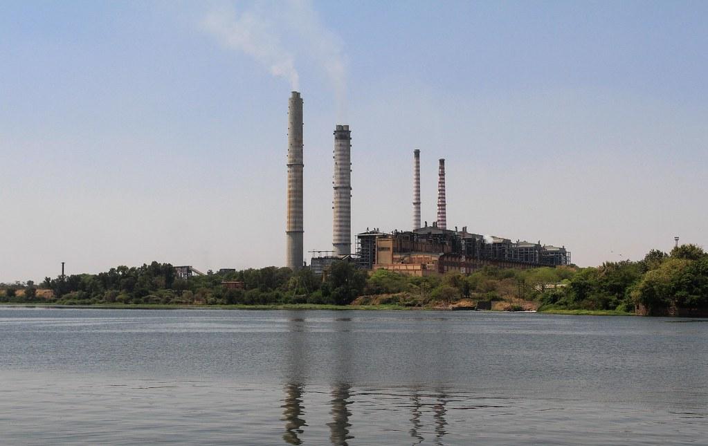 印度昌巴爾河(Chambal River)河畔的燃煤發電廠。carol mitchell(CC BY-NC-ND 2.0)