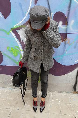Gris, zapatos abotinados, granates, jeans capri, jersey manga trompeta, Mochila negra, guantes, gorra marinera gris, grey, buttoned up shoes, maroon, trumpet sleeve sweater, Black backpack, gloves, sailor cap, Zara, Sacha London, Tintoretto, Asos, Tous