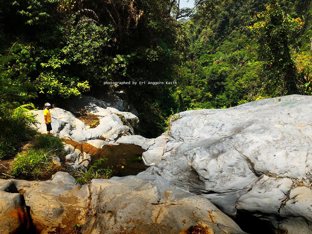 Terdapat batu andesit sebesar gedug bertingkat di Curug Badak.