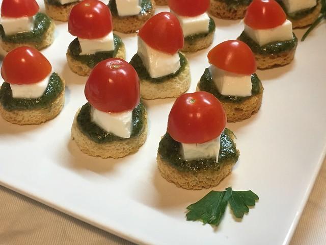 Canapés de pesto con queso y tomate