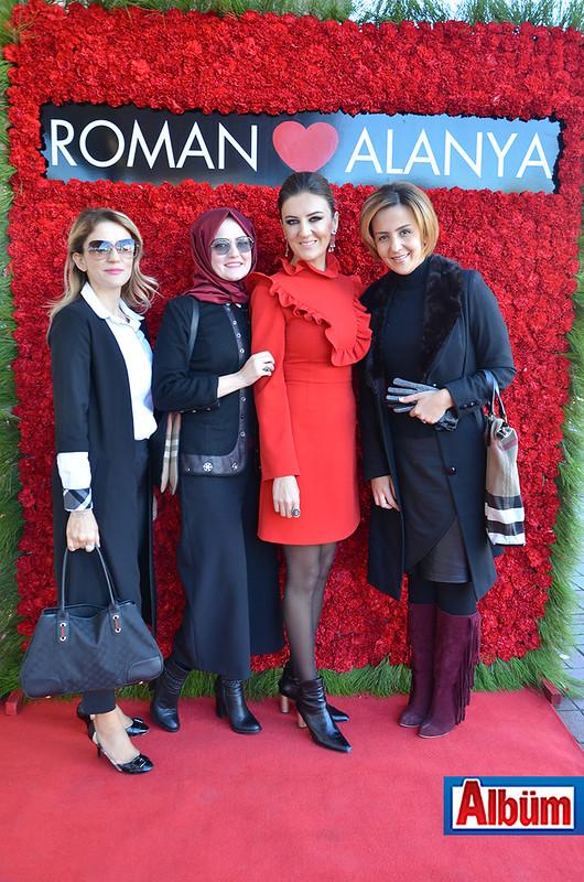 Şefika Sivri Köşkoğlu, misafirleri ile Albüm'e poz verdi.