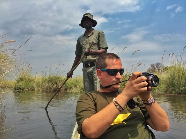 Sele en un mokoro en el Delta del Okavango (Botswana)