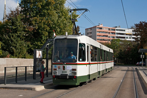 Der Stadtbahnwagen an der Haltestelle Textilmuseum